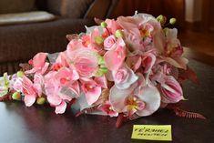 Hosszított élethű virágcsokor orchideából és flamingóból.