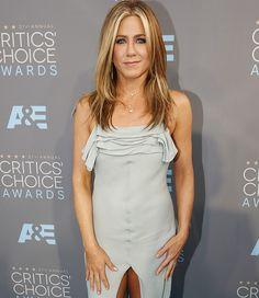 E a maratona de red carpets não para não! Na noite desse domingo foi a vez do Critics Choice Awards, que reuniu várias celebs em Santa Monica, California! Se no Globo de Ouro o branco dominou o tapete vermelho, no blue carpet do Critics Choice o destaque foi justamente o azul – mais especificamente esse …