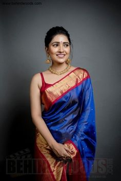 We've watched an Indian movie even once in our lives and we've all been charmed with these colorful traditional outfits, saree styles. Trendy Sarees, Stylish Sarees, Dress Indian Style, Indian Dresses, Indian Wedding Outfits, Indian Outfits, Sari Bluse, Silk Saree Blouse Designs, Saree Trends