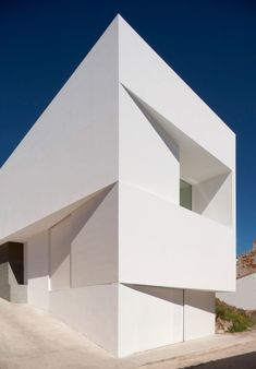 This bright white wedge-shaped house by Spanish studio Fran Silvestre Arquitectos thrusts out from the rock face behind it in the valley town of Ayora, near Valencia Architecture. Architecture Durable, Architecture Design, Minimal Architecture, Residential Architecture, Amazing Architecture, Contemporary Architecture, Geometry Architecture, Dynamic Architecture, Folding Architecture