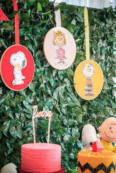 Festa Snoopy   Macetes de Mãe Snoopy Birthday, Snoopy Party, 80th Birthday, First Birthday Parties, Pjmask Party, Festa Party, Baby Party, Peanuts Christmas, Charlie Brown Christmas