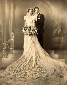 Vintage Wedding photo in stunning dress Wow! Stunning Dresses, Beautiful Gowns, Beautiful Bride, Beautiful Couple, Vintage Wedding Photos, Vintage Bridal, Vintage Weddings, 1940s Wedding, Antique Wedding Dresses