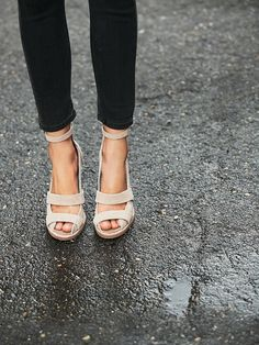 Complete your outfit with a pair of Free People's fashion forward heels including ankle strap heels, platform shoes, wedge heels, classy pumps and more. Fashion Mode, Look Fashion, Fashion Shoes, Womens Fashion, Milan Fashion, Fall Fashion, Stilettos, High Heels, Pumps