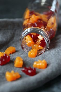 this Vegan and Gluten-free recipe for an all-natural flavored gummy multivitamin that are gelatin-free and sugar free. Clean Eating Vegetarian, Vegetarian Recipes, Eating Clean, Healthy Eating, Vegan Gummy Bears, Vegan Jelly, Vitamin C Gummies, Vegan Gummies, Bonbon