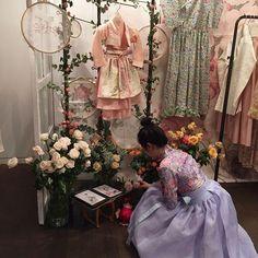 감사합니다 . . . . 가나아트에디션에서의 유랑은 3월 2일까지 열립니다:) . . . . . #차이킴#tchaikim#유랑매장#가나아트#spring #2016ss #Daily #instadaily #Showroom #display#차이킴look #Flower#secretgarden