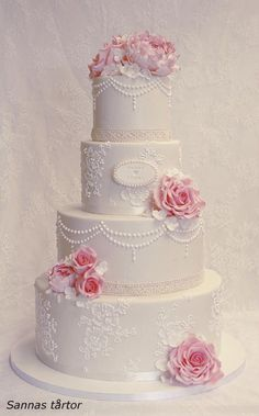 This wedding cake was made for Hanna and Tobias and it is decorated with a free hand piped lace patterrn, free hand piped pearls and handmade sugarflowers after Hannas boquette. The cake is covered in marzipan an have a taste of dark chocolate...
