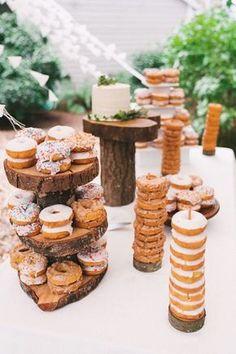 Una barra de donuts ideal para bodas boho o estilo bosque encantado.