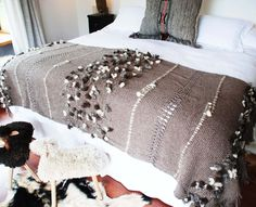 Pieceras tejidas telar 2                                                                                                                                                                                 Más Moroccan Bed, Moroccan Wedding Blanket, Tapestry Weaving, Loom Weaving, Hand Weaving, Bed Scarf, Home Goods Decor, Home Decor, Weaving Projects