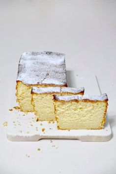 Bizcocho de limón con sabor antiguo.4 huevos 165 g de mantequilla 180 g de azúcar blanquilla 180 g de azúcar moreno 165 ml de leche entera 90 ml de zumo de limón 295 g de harina de repostería (con levadura) ralladura de dos limones 1 cucharita de limón en pasta