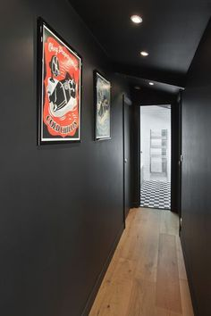 Hallway paint: what color for more radiance - corridor Hallway Decorating, Interior Decorating, Interior Design, Hallway Paint, Flur Design, Hallway Designs, Style Deco, Cast Iron Cookware, Black Walls