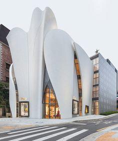 Здание нового бутика Dior состоит из двух частей: шестиугольной призмы и сложной оболочки такой же высоты.