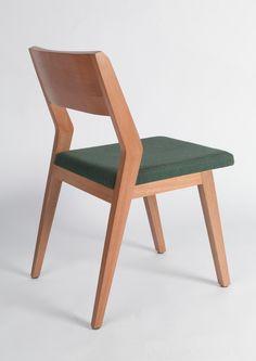 Linhas e formas retas e robustas, porém fluidas, definem o desenho da peça. Seu traço simples, ao mesmo tempo que elegante, permite que a cadeira se encaixe bem em qualquer mesa de jantar, seja em casa ou em um restaurante.48x77x55cmMadeira Jequitibá