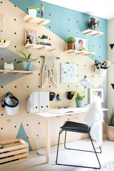 Build a pegboard wall. Instantly transform your home office with this DIY organizational and decorative wall! Build a pegboard wall. Instantly transform your home office with this DIY organizational and decorative wall! Peg Board Walls, Diy Peg Board, Peg Boards, Peg Board Shelves, Peg Wall, Wall Wood, Wall Art, Diy Casa, Office Walls