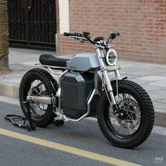 Motorcycle Discover Switch eSCRAMBLER: the best-looking electric yet? Penned by a former Yamaha designer this machine will hit the Scandinavian flat track circuits before going into production. Triumph Motorcycles, Vintage Motorcycles, Custom Motorcycles, Custom Bikes, Custom Sportster, Eletric Bike, Motorcycle Companies, Electric Cars, Electric Vehicle