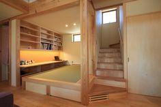 リビングと連続するタタミコーナーにスタディスペース、本棚を設けました。リビング内のスタディコーナーはお子さんの勉強や持ち帰った仕事の処理等に活躍します。 スタディスペースのあるタタミコーナー(田村建築設計工房) Japanese Modern House, Japanese Living Rooms, Japanese Interior Design, Muji Haus, Home Office Design, House Design, Co Housing, Loft Plan, Style Japonais
