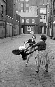 funny vintage photos about womenYou can find Vintage photos and more on our website.funny vintage photos about women Vintage Humor, Funny Vintage Photos, Photo Vintage, Vintage Photographs, Funny Photos, Retro Vintage, Vintage Children Photos, Vintage Photos Women, Vintage Woman