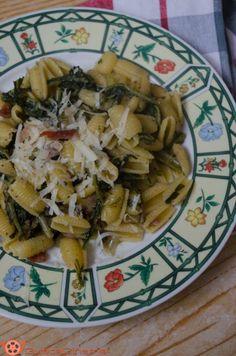 Pasta alla gricia con cicoria è un primo piatto tipico della cucina laziale. Pochi ingredienti semplici ma ricchi di gusto.