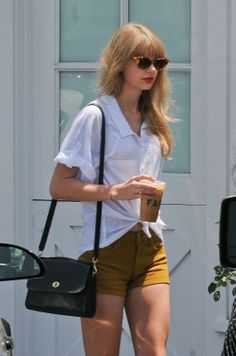 Taylor Swift's White tie shirt with mustard yellow shorts and sandals. Taylor Swift Outfits, Taylor Swift Casual, Estilo Taylor Swift, Taylor Swift Web, Taylor Alison Swift, Taylor Swift Fashion, Estilo Girlie, Preppy Style, My Style