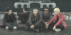 everyone's so serious.. and there's GD the leader at the back *substitute leader YB taking charge* LOL