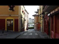 Cimadevilla. Gijón.  Una calle desierta de Cimadevilla donde al final se puede ver el muelle.