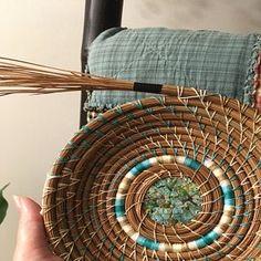 Rope Basket, Basket Weaving, Pine Needle Crafts, Eggshell Mosaic, Copper Crafts, Pine Needle Baskets, Basket Crafts, Christmas Crafts For Kids To Make, Hand Wax