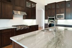 nessa cozinha,usa-se granito com veios escuros