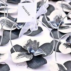 Winter wedding orchid place tags... #dnestvorim  #vyrobenosrdcem #svadba  #svadobne  #menovky  #darcekypresvadobcanov  #orchidea  #zima  #nevesta  #zenich  #handmade  #wedding  #winter  #placetags  #nametags  #weddingfavors  #orchid  #darkblue