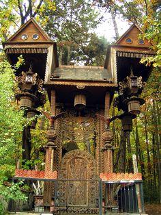 Elaborate tree house. Cabanne psychédélique