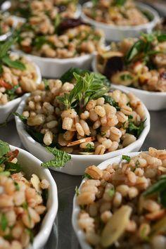 Una ensalada de granos como entrada es la mejor forma de recibir a tu pareja.