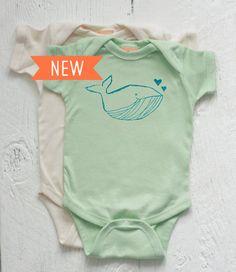 Organic Baby Onesie amour de la baleine par twiddleANDtweet sur Etsy