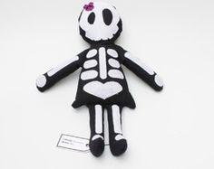 Boneca de pano Caveira - Boo Felt Puppets, Weird Toys, Geeks, Sock Toys, Sock Animals, Creepy Dolls, Childhood Toys, Stuffed Toys Patterns, Diy Toys