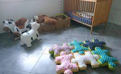Bonjour, Bonjour ! Petit doudou a déjà une montagne de jouets et cette année, pour noël, j'ai donc préféré lui coudre un petit quelque chose. Voici donc le tapis puzzle.
