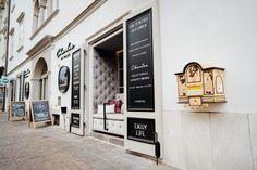 Auch bei uns bleibt bis 30. November 2020 das Hotel Palais26 sowie Restaurant Charles mehr oder weniger geschlossen. Wir bleiben jedoch stark und wir präsentieren mit Stolz unseren neuen 𝑻𝒂𝒌𝒆 𝑨𝒘𝒂𝒚 𝑨𝒃𝒉𝒐𝒍𝒔𝒆𝒓𝒗𝒊𝒄𝒆 👑 Montag bis Samstag von 12:00 - 19:00 Uhr bereichern wir euch mit trendigen Vorspeisen, Business Lunch (12:00 - 14:30 Uhr) sowie mit Gourmet Spezialitäten. Telefonisch vorbestellen unter 📞 +43 664 9921 8946 📞 #stayinstyle #stayathome #staysafe #palais26villach Das Hotel, Restaurant, November, Life, Gourmet, Villach, Proud Of You, Clock, November Born