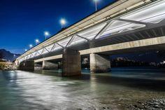 Optimal ausgeleuchtet wird der Fuß- und Radweg der Grenobler Brücke in Innsbruck rund um die Uhr mit linearen LED-Lichtbändern!
