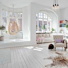 In de erker! http://www.inrichting-huis.com/hangstoel/ #erker #woonkamer…