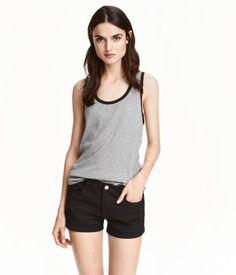 5-Pocket-Shorts aus stretchigem, gewaschenem Twill mit normaler Bundhöhe und fixiertem Beinumschlag.