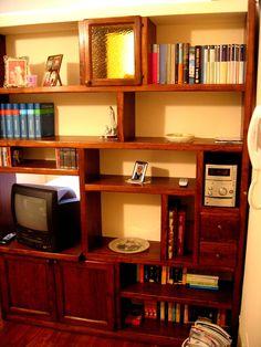 Libreria a parete su misura in legno di castagno con mordente gommalacca e cera.  info@testadilegno.net