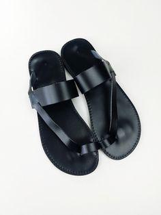 Sandalia plana de Toering negro cuero - sandalias griegas hechas a mano de Leatherhood en Etsy https://www.etsy.com/mx/listing/201005667/sandalia-plana-de-toering-negro-cuero