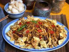 bami ketjap met gehakt en roerei Dutch Recipes, Asian Recipes, Cooking Recipes, Healthy Recipes, Ethnic Recipes, Macaroni Spaghetti, Nasi Goreng, Indonesian Food, Indonesian Recipes