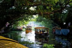 Boats on the canals in Alleppey (Alappuzha), Kerala, India - Lost With Purpose Kerala Travel, Kerala Tourism, India Travel, House Boat Kerala, Cool Places To Visit, Places To Go, Costa, Kerala Backwaters, Kerala India