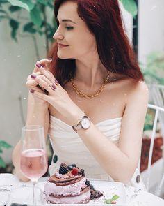 Tout ce qui est rose ne peut que vous rendre le week-end plus beau ☺🌸  📸 www.instagram.com/andreea.balaban Cuir Rose, Week End, Celebrity Style, Alcohol, Celebrities, Girls, Table, Photos, Outfits