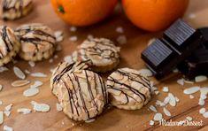 Diese Orangen-Marzipan-Plätzchen mit feiner Orangennote und einem Hauch Zartbitterschokolade sind genau das richtige für deine winterliche Kaffeetafel!