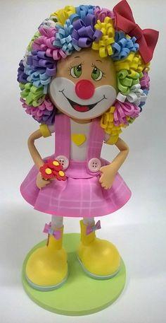 E o circo chegou mais uma vez no meu ateliê, trazendo muita cor e alegria.   Palhacinha toda feita em eva.