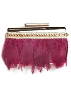 Bolso de fiesta con base dorada, diseñado con plumas marsala. #bolsos…