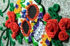 """Quadro Decorativo com tema de """"Caveira Mexicana"""", feito com papel Canson 180g e utilizando a técnica do Quilling.    Curiosidade: A caveira mexicana simboliza a vida e afasta os maus espíritos."""