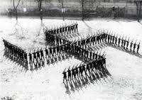 1940.1  El partido Nazi procuró combinar símbolos tradicionales de Alemania con símbolos del partido Nazi, siendo un símbolo único, la esvástica, el más representativo del régimen, en un esfuerzo por afianzar la idea de unidad entre sus ideales y Alemania.