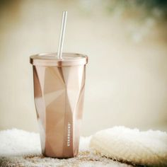 Sip your beverages while having an air of your own on this visually pleasing Rose Gold Stainless Steel Cold Cup. It is a stainless steel faceted cold cup which comes with a double walled rose-gold … Starbucks Cup, Copo Starbucks, Starbucks Store, Starbucks Tumbler, Starbucks Gold, Thermo Mug, Cute Water Bottles, Drink Bottles, Gold Everything