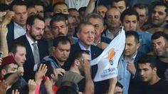 """Image copyright                  Reuters Image caption                                      Rodeado de una multitud que lo aclamaba, Erdogan dijo: """"El gobierno está en control"""".                                El presidente de Turquía, Recep Tayyip Erdogan, regresó a Estambul tras iniciarse en la noche de este viernes un intento de golpe de Estado en su contra por parte de un grupo de militares. Según las autoridades, el levantam"""