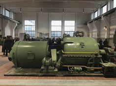 An beiden Enden der Halle sind große Fenster, die den Blick auf Zollverein freigeben. Abdunkelbar ist das Ganze natürlich auf Wunsch auch.