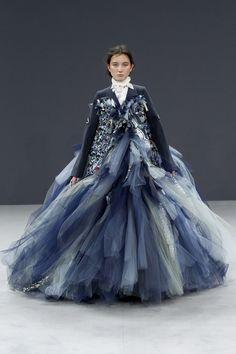 Viktor & Rolf Fall 2016 Couture Fashion Show - Alena Nurgaleeva De Zon schijnt boven de Noord Zee